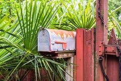 Vieille boîte aux lettres rouillée des USA Images stock