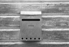 Vieille boîte aux lettres sur la trappe en bois Photo libre de droits
