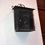 Vieille boîte aux lettres sur un mur Images stock