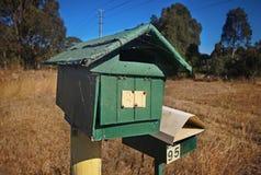 Vieille boîte de lettre de bord de la route photographie stock