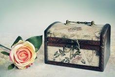 Vieille boîte de luxe et une rose Images libres de droits
