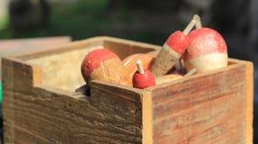 Vieille boîte en bois avec des flotteurs de pêche Photographie stock libre de droits