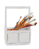 Vieille boîte en bois avec des pinceaux d'isolement sur le blanc Photographie stock libre de droits