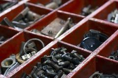 Vieille boîte en bois pour le boulon en métal, écrou, équipage, clou Photographie stock libre de droits