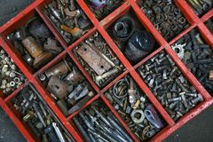 Vieille boîte en bois pour le boulon en métal, écrou, équipage, clou Image libre de droits