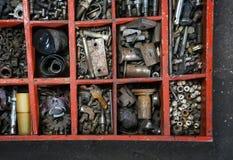 Vieille boîte en bois pour le boulon en métal, écrou, équipage, clou Photos libres de droits