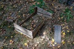 Vieille boîte en bois pour le fruit dans les bosquets Récipient cassé pour t images stock
