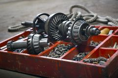 Vieille boîte en bois pour le sha de boulon, d'écrou, d'équipage, de clou et de propulseur en métal Photo libre de droits
