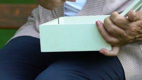Vieille boîte froissée d'ouverture de femme avec des souvenirs se réveillants pendants en forme de coeur clips vidéos