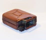 Vieille boîte métallique en métal avec du carburant sur un fond clair Image stock