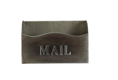 Vieille boîte aux lettres vide en métal d'isolement sur le blanc Images stock