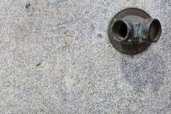 Vieille bouche d'incendie en laiton sur un mur de ville de granit photos libres de droits