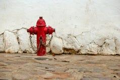 Vieille bouche d'incendie rouge solitaire photos stock