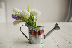 Vieille bouilloire avec des fleurs sur le fond en bois blanc Photo stock