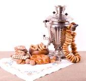 Vieille bouilloire de thé russe avec des bagels Photographie stock libre de droits