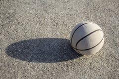 Vieille boule de basket-ball sur le fond gris image libre de droits
