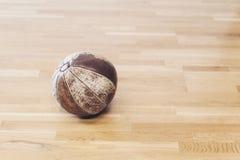 Vieille boule de poids de médecine sur le plancher en bois images libres de droits