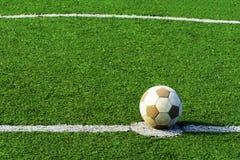 Vieille boule du football sur une herbe Utilisé beaucoup Ballon de football blanc sans le marquage à chaud Fin vers le haut photo stock