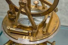 Vieille boussole, astrolabe Rétro éventé Orientation molle photographie stock libre de droits