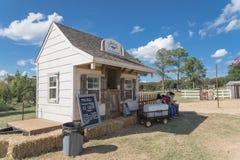Vieille boutique de crème glacée en bois à la ferme rurale dans la vigne, le Texas, Etats-Unis image stock