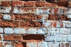 Vieille brique avec le kraasca blanc Images libres de droits