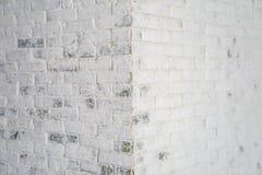 Vieille brique rayée blanche au coin pendant l'après-midi image stock