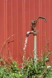 Vieille broche de l'eau avec l'eau courante Photos stock