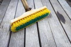 Vieille brosse en plastique sur le plancher en bois Photo libre de droits