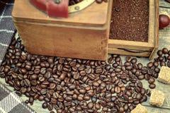 Vieille broyeur de café avec le cafè moulu Photographie stock libre de droits