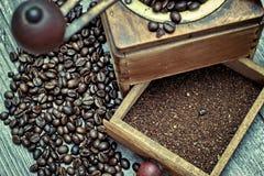 Vieille broyeur de café avec le cafè moulu Image stock