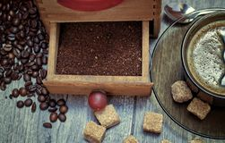 Vieille broyeur de café avec une tasse de café Image libre de droits