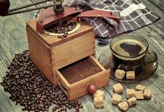 Vieille broyeur de café avec une tasse de café Images libres de droits