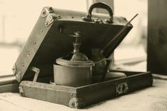 Vieille broyeur de café dans la rétro valise images stock
