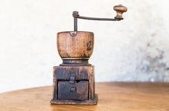 Vieille broyeur en bois de café Image libre de droits