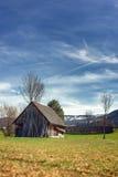Vieille cabane ou carlingue en bois dans les bois contre de belles montagnes Photo libre de droits