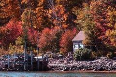Vieille cabane sur le bord de lac Photo stock