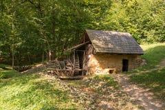 Vieille cabine dans les bois Photo libre de droits