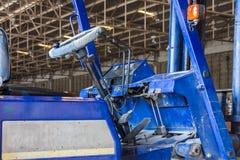 Vieille cabine de chariot élévateur dans l'entrepôt industriel Image stock