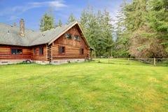 Vieille cabine de log américaine rustique dans le côté de pays. photographie stock