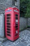 Vieille cabine de téléphone anglaise traditionnelle avec les technologies modernes Images libres de droits