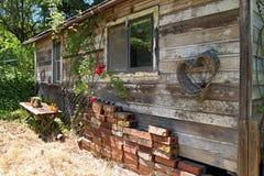 Vieille cabine en bois dans les bois Images stock