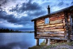 Vieille cabine sur un lac Images libres de droits
