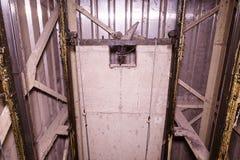 Vieille cage d'ascenseur avec le contrepoids Soulevez la reconstruction Objet industriel Plan rapproché Photos stock