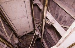 Vieille cage d'ascenseur avec le contrepoids Soulevez la reconstruction Objet industriel Plan rapproché Photo libre de droits