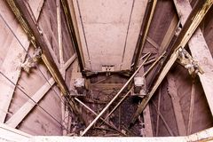 Vieille cage d'ascenseur Soulevez la reconstruction Objet industriel Plan rapproché Image stock