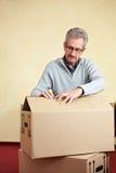 Vieille caisse d'emballage d'ouverture d'homme Image stock