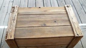 Vieille caisse en bois brune sur le trottoir en bois Photographie stock