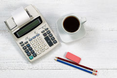 Vieille calculatrice d'affaires de mode sur le bureau blanc Photos stock