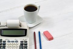 Vieille calculatrice d'affaires sur le bureau Image libre de droits