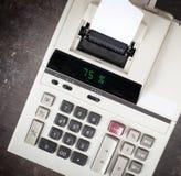 Vieille calculatrice montrant un pourcentage - 75 pour cent Photographie stock libre de droits